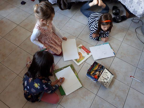 Les filles ont choisi de s'installer par terre pour dessiner